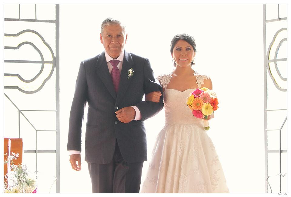entrada de la novia a la iglesia del brazo de su padre