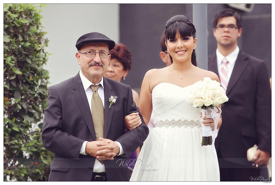 La novia y su querido padre caminando juntos al altar